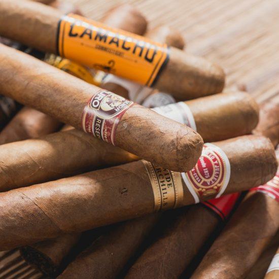 Zigarren liegen auf einem Tisch